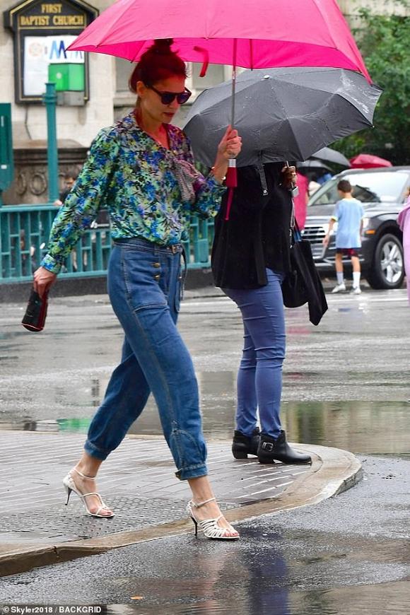Katie Holmes và con gái bình thản lộ diện sau tin đồn Suri không phải là con ruột của Tom Cruise - Hình 1