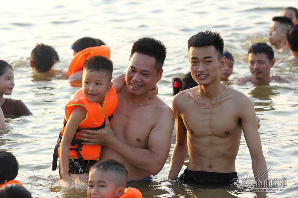 Hà Nội nóng rát, bãi biển ngoại thành ngàn người tắm mát - Hình 15