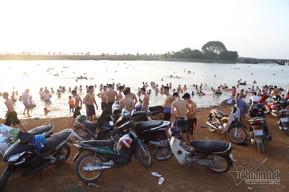 Hà Nội nóng rát, bãi biển ngoại thành ngàn người tắm mát - Hình 6
