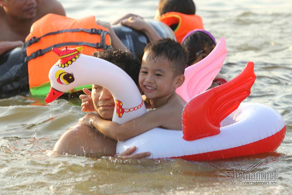 Hà Nội nóng rát, bãi biển ngoại thành ngàn người tắm mát - Hình 13