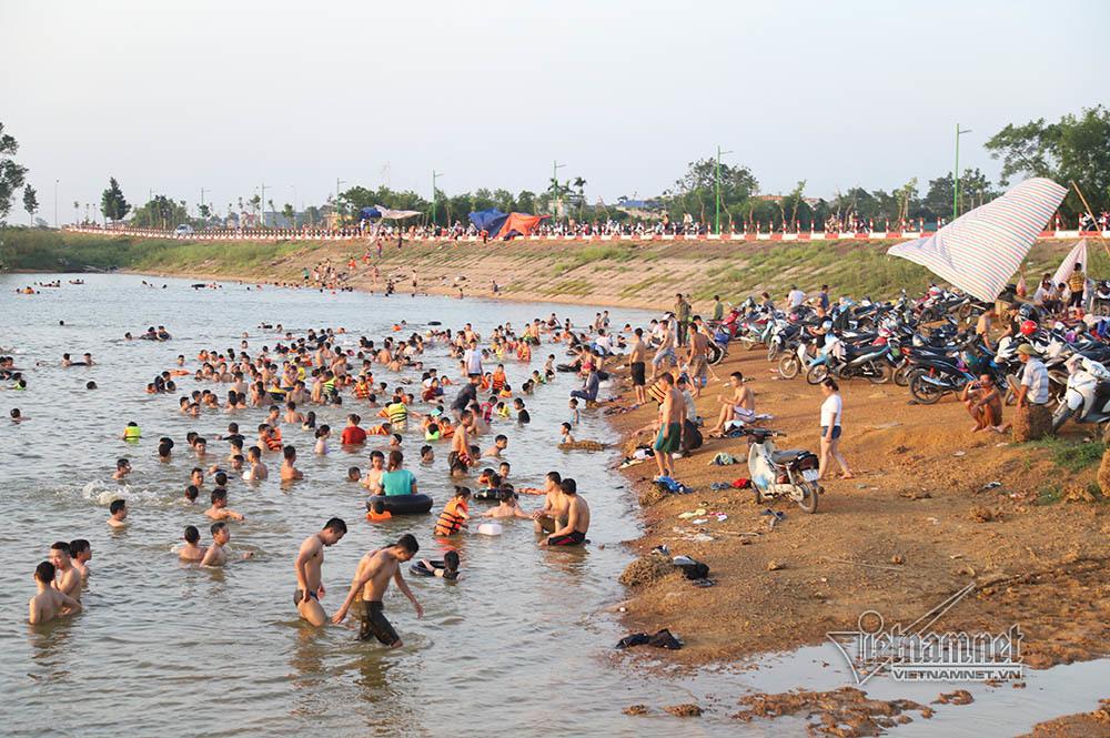 Hà Nội nóng rát, bãi biển ngoại thành ngàn người tắm mát - Hình 3
