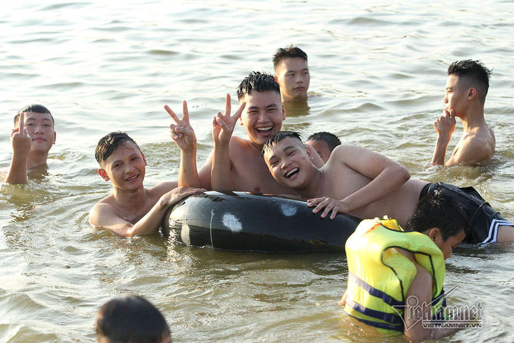 Hà Nội nóng rát, bãi biển ngoại thành ngàn người tắm mát - Hình 14