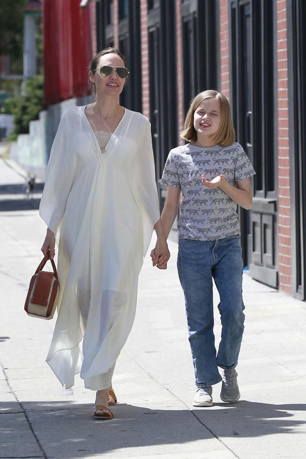 Cô con gái út nhà Angelina Jolie lớn phổng phao, vui vẻ đi chơi cùng mẹ không quan tâm tin bố Brad Pitt tái hôn - Hình 2