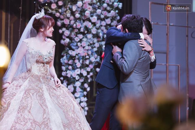 Không phải xúc động vì lấy được vợ, Cris Phan mít ướt trong đám cưới vì...tìm được tủ đầm hợp size, tôn dáng? - Hình 5
