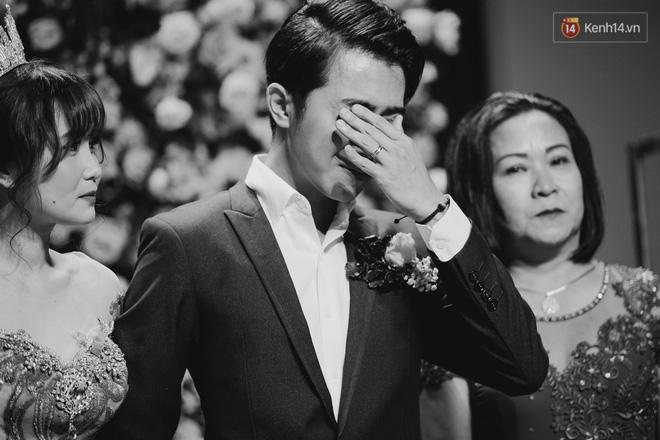 Không phải xúc động vì lấy được vợ, Cris Phan mít ướt trong đám cưới vì...tìm được tủ đầm hợp size, tôn dáng? - Hình 3