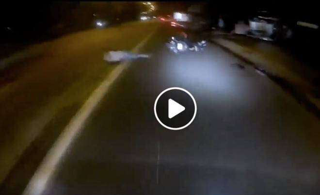 Kinh hoàng thanh niên phóng xe máy, tông người đi bộ văng ra xa rồi bỏ đi - Hình 2