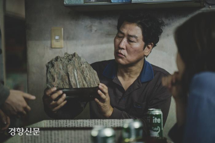 'Ký sinh trùng': Khi những con bọ của xã hội ngọ nguậy và tấm mặt nạ giàu - nghèo đáng báo động ở Hàn Quốc - Hình 10