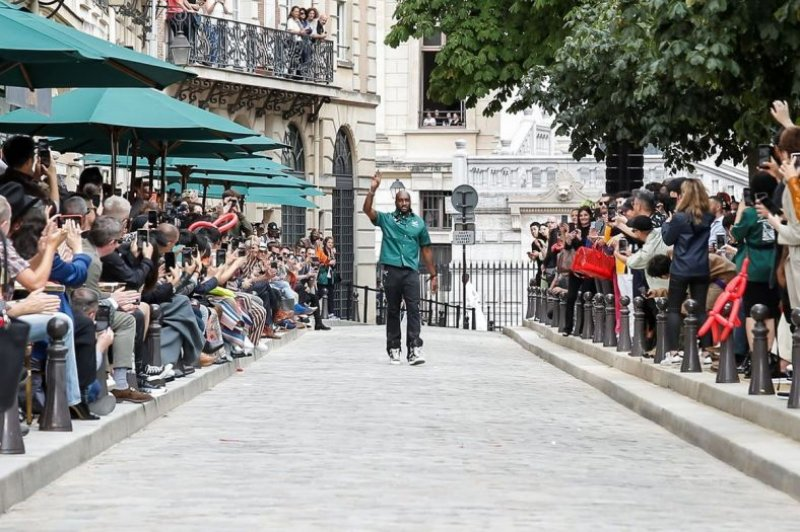 Những dấu ấn đường phố đậm chất Paris trong BST xuân hè 2020 dành cho nam giới của Louis Vuitton - Hình 12
