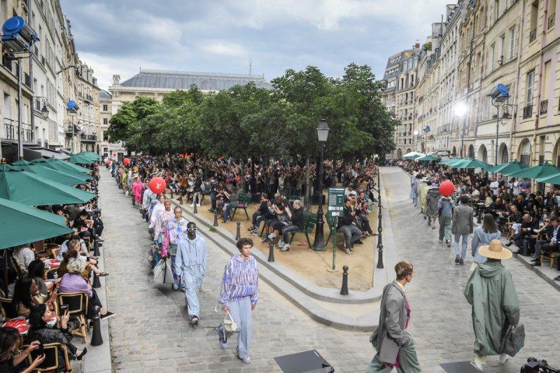 Những dấu ấn đường phố đậm chất Paris trong BST xuân hè 2020 dành cho nam giới của Louis Vuitton - Hình 1