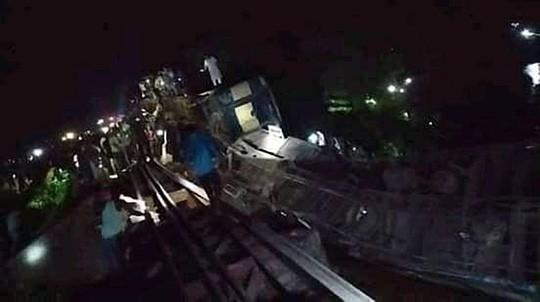 Tàu hoả rơi xuống kênh, hơn 100 người thương vong - Hình 1