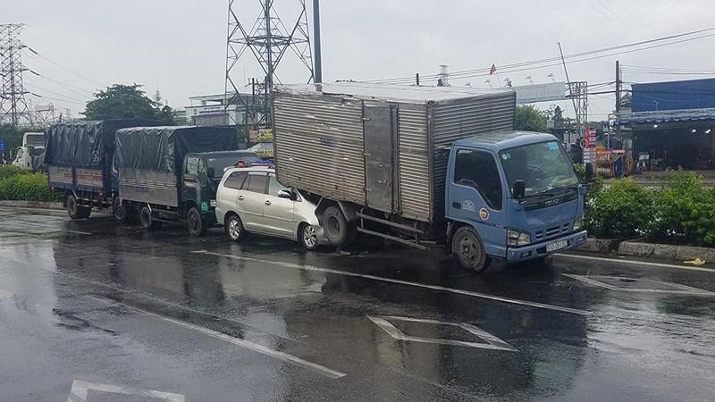 Tông liên hoàn ở Bình Tân, xe bảy chỗ lọt vào đuôi ô tô tải - Hình 1