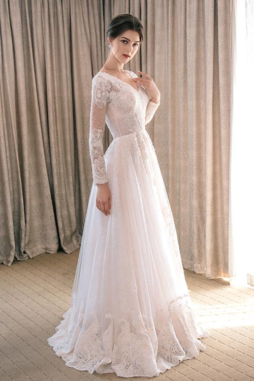 Váy cưới đính ren giúp cô dâu kể chuyện tình yêu - Hình 6