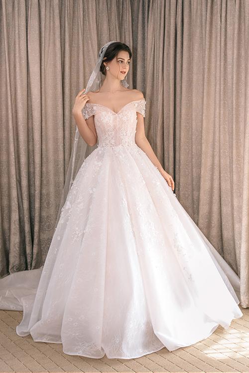 Váy cưới đính ren giúp cô dâu kể chuyện tình yêu - Hình 9