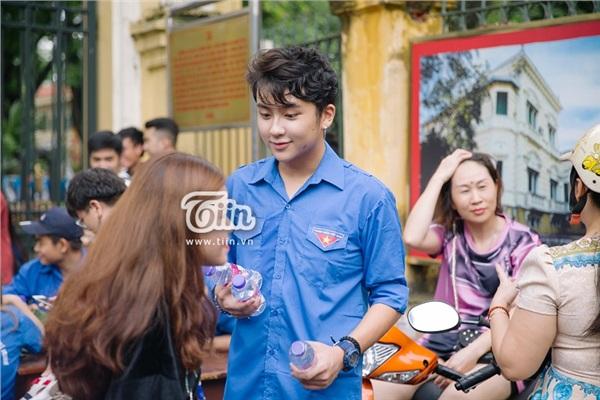 Chàng tình nguyện viên chiếm trọn spotlight tại điểm thi THPT Chu Văn An vì quá đẹp trai - Hình 3