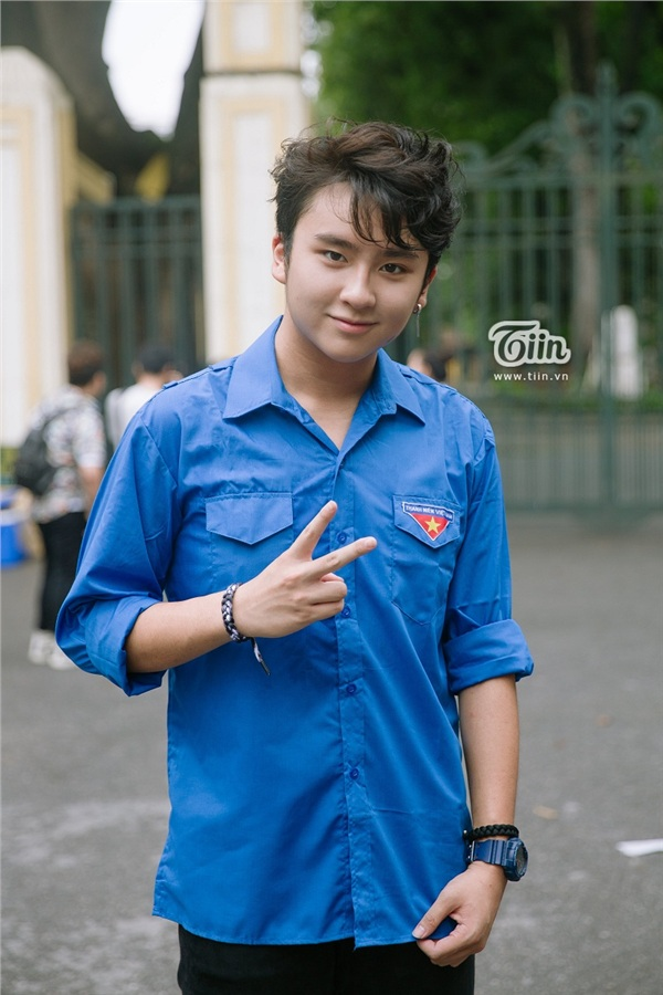 Chàng tình nguyện viên chiếm trọn spotlight tại điểm thi THPT Chu Văn An vì quá đẹp trai - Hình 2