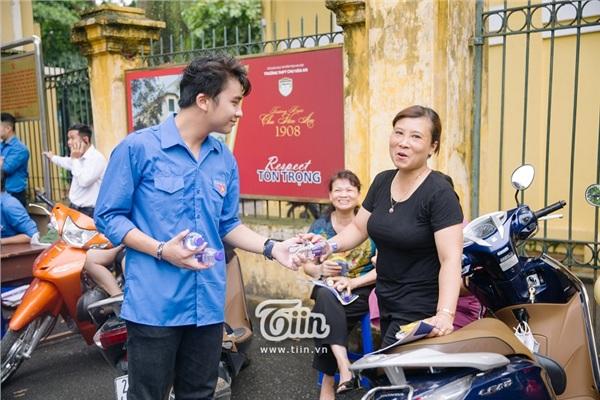 Chàng tình nguyện viên chiếm trọn spotlight tại điểm thi THPT Chu Văn An vì quá đẹp trai - Hình 5
