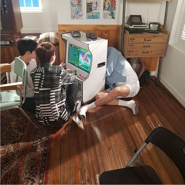 Đăng tải ảnh mới lên Instagram, fan chắc nịch khẳng định: Chanyeol (EXO) học hỏi em út Sehun spoil điều gì đó rồi đây - Hình 1
