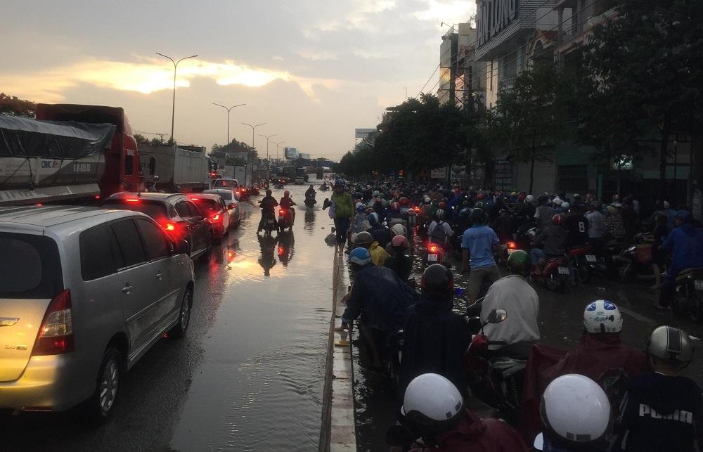 Đông Sài Gòn mưa như trút, nước chảy xiết như suối lũ trên phố - Hình 6