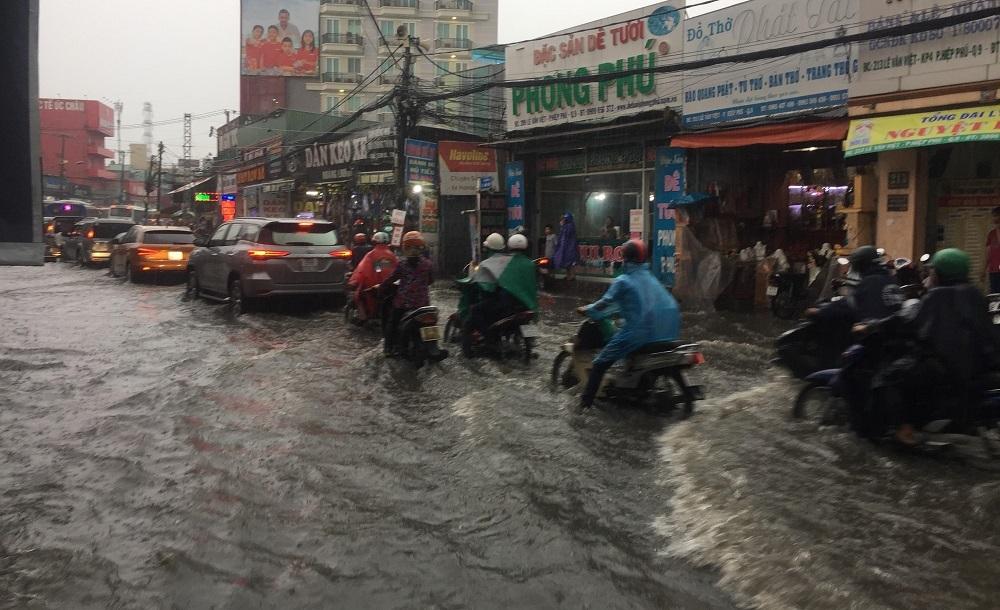 Đông Sài Gòn mưa như trút, nước chảy xiết như suối lũ trên phố - Hình 2