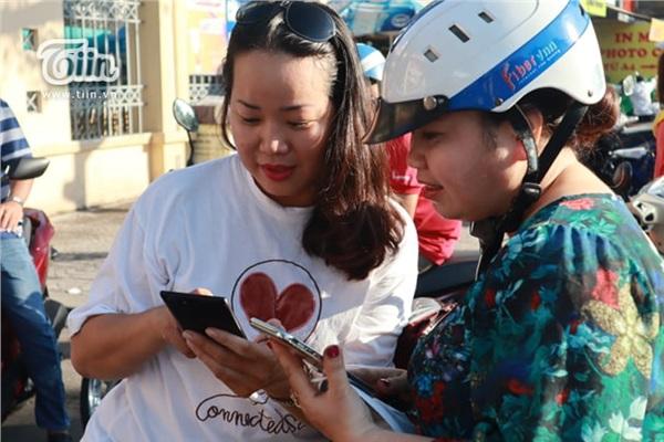Hai phụ huynh mới quen rủ nhau chụp hình kỷ niệm trước điểm thi của con để chứng minh mẹ có chờ con - Hình 7