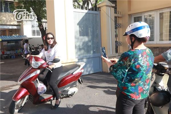 Hai phụ huynh mới quen rủ nhau chụp hình kỷ niệm trước điểm thi của con để chứng minh mẹ có chờ con - Hình 4