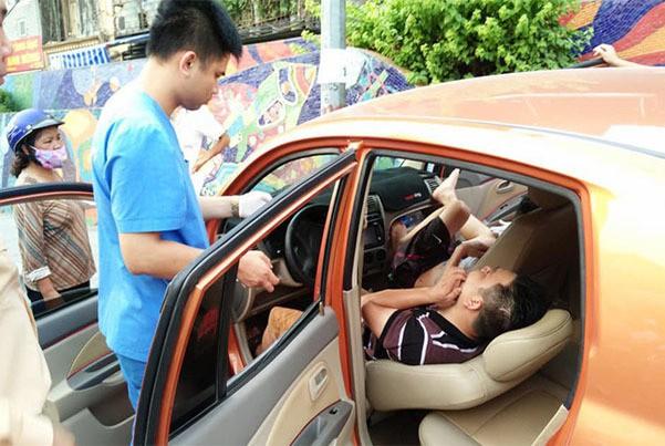 Hé lộ nguyên nhân vụ ô tô lao vỉa hè, tài xế hạ ghế nằm bất tỉnh - Hình 1