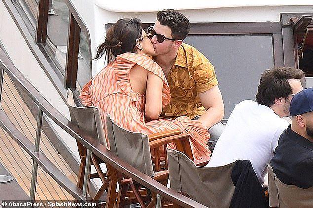 Hoa hậu Priyanka Chopra đắm đuối ôm hôn chồng kém 10 tuổi trên phố - Hình 11