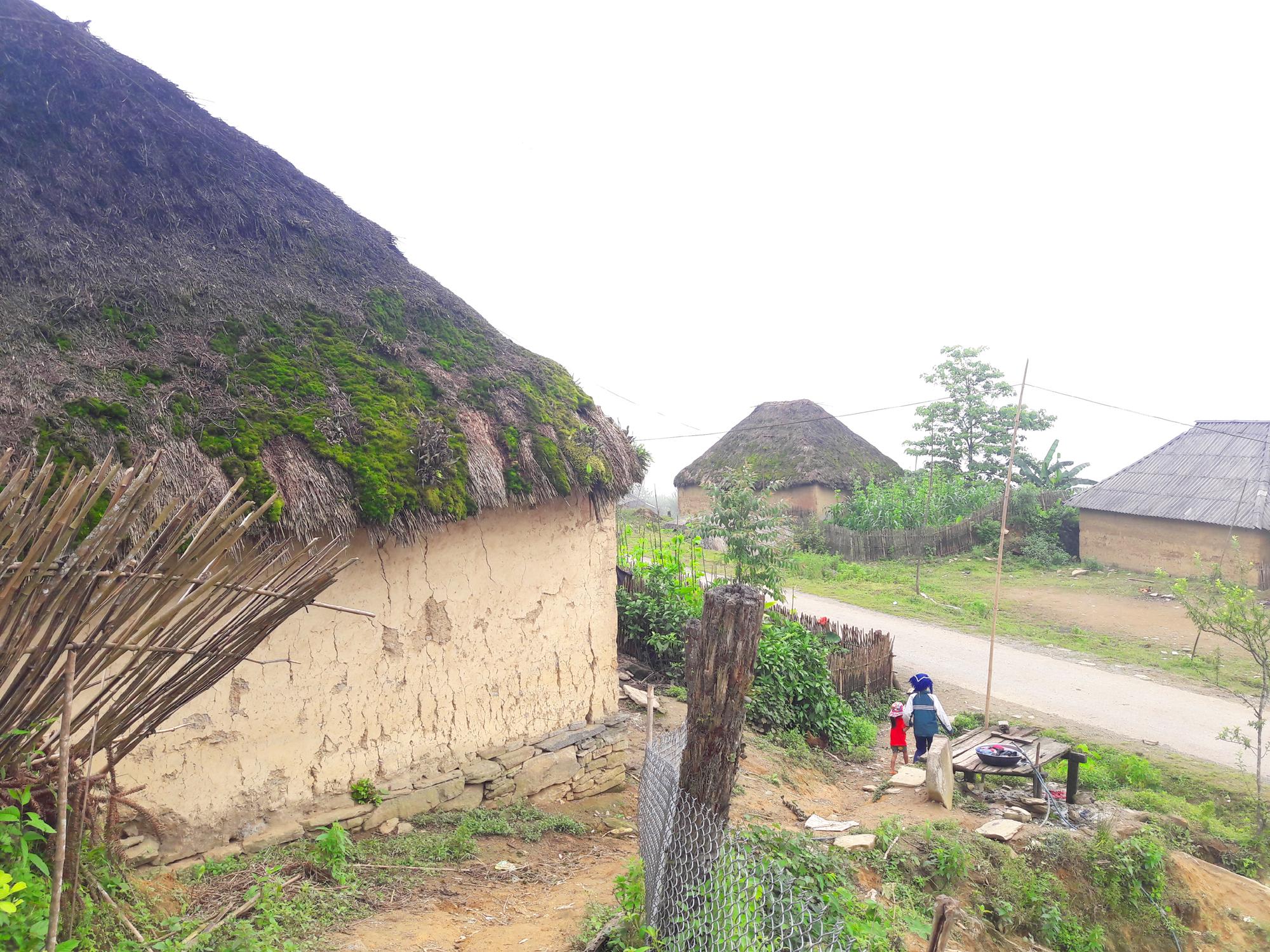 Làng như cổ tích có những ngôi nhà mái cỏ rêu xanh rì, đẹp xa xăm - Hình 1