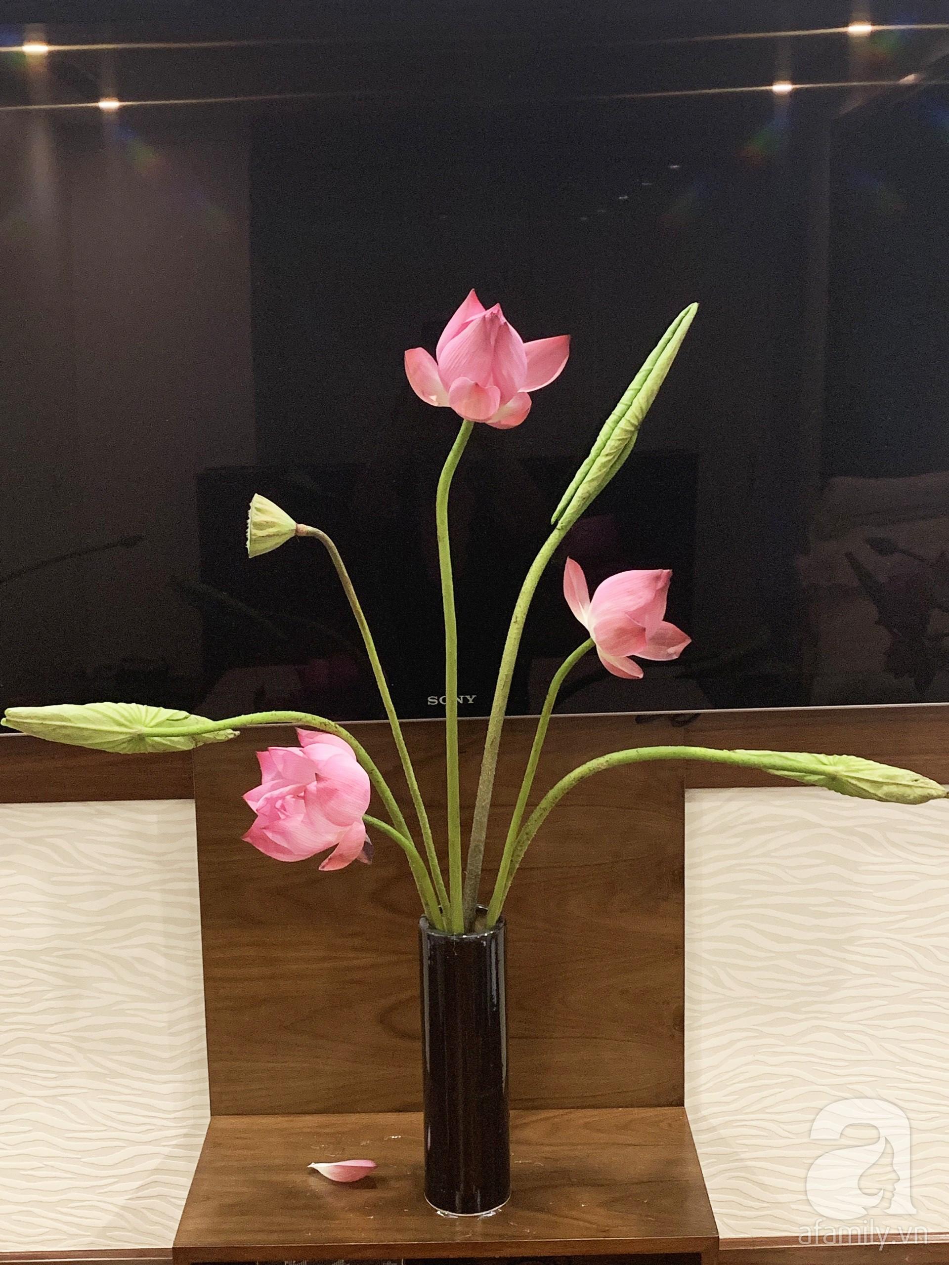 Níu giữ hương mùa hạ với những bình hoa sen đẹp dịu dàng trong tổ ấm của 3 người phụ nữ đảm tại Hà Nội - Hình 17