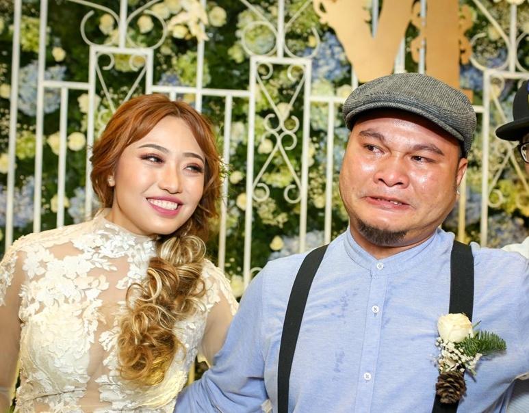 Nổi tiếng hài hước nhưng Cris Phan và loạt sao nam lại mít ướt hơn vợ trong ngày cưới - Hình 13