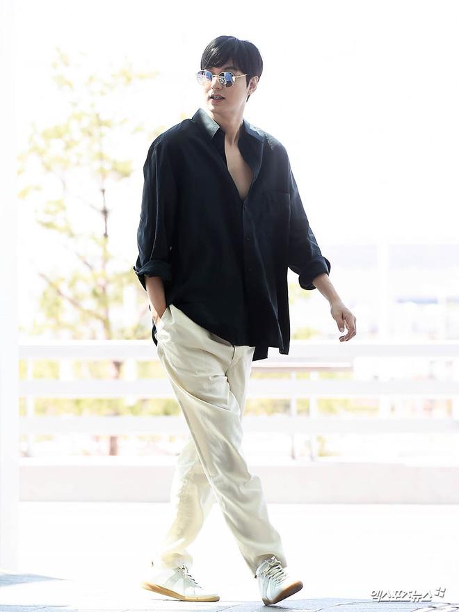 Ở bển nóng quá hay sao mà dạo này Lee Min Ho hay trễ trên và cộc dưới, điệu xinh chúm chím thế này? - Hình 5