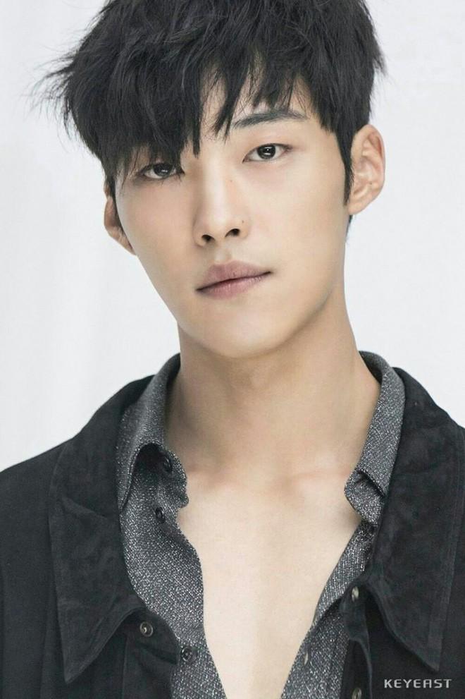 Sau màn cameo bị gọi hồn ầm ĩ trong Kí Sinh Trùng, Park Seo Joon làm mục sư điển trai 6 múi nhất màn ảnh Hàn - Hình 7