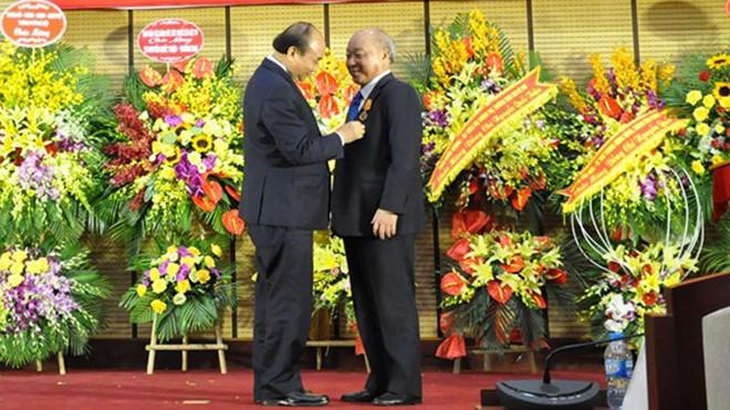 Tiến sĩ Nguyễn Quốc Triệu được trao tặng Huân chương Độc lập hạng Nhất - Hình 1