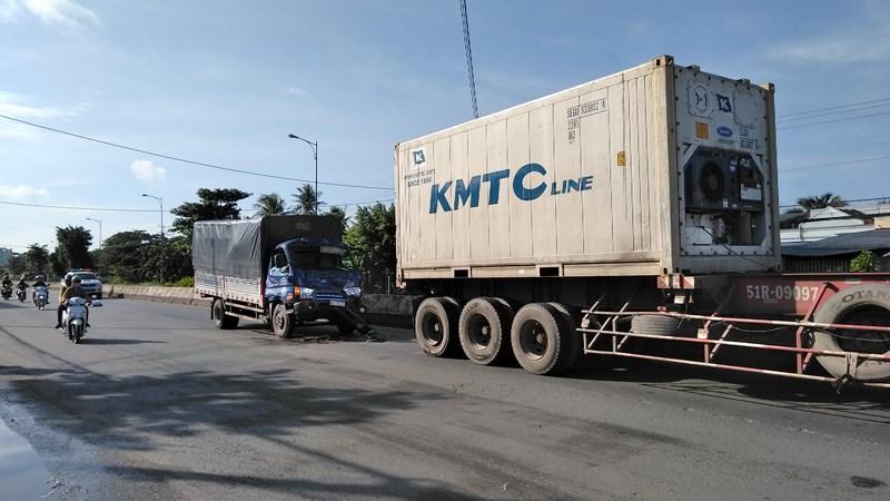 Tránh 1 phụ nữ mua ve chai, container bị xe tải húc - Hình 2