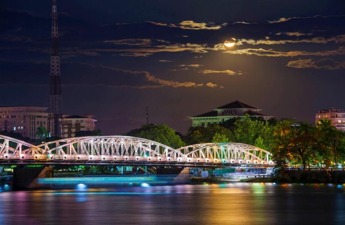Vẻ đẹp dòng Hương Giang trong tác phẩm Ai đã đặt tên cho dòng sông? - Hình 5