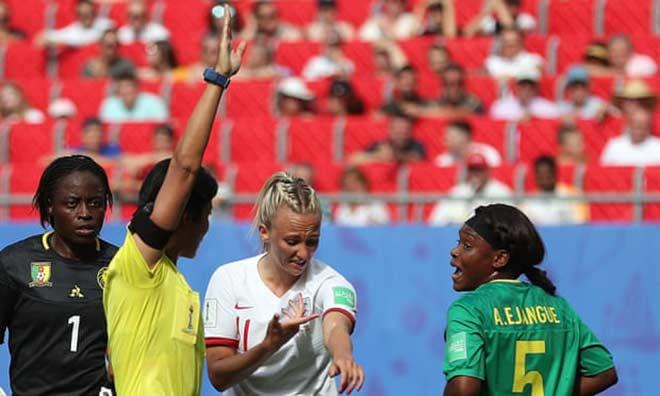 Xấu hổ bạo lực World Cup nữ: Cầu thủ nhổ bọt đối phương, xô ngã trọng tài - Hình 3