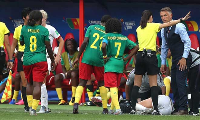 Xấu hổ bạo lực World Cup nữ: Cầu thủ nhổ bọt đối phương, xô ngã trọng tài - Hình 2