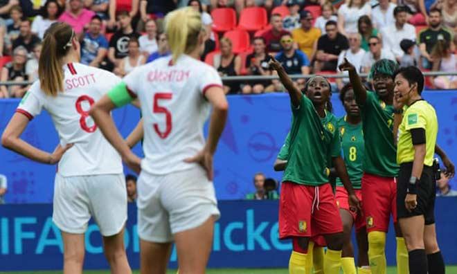 Xấu hổ bạo lực World Cup nữ: Cầu thủ nhổ bọt đối phương, xô ngã trọng tài - Hình 1