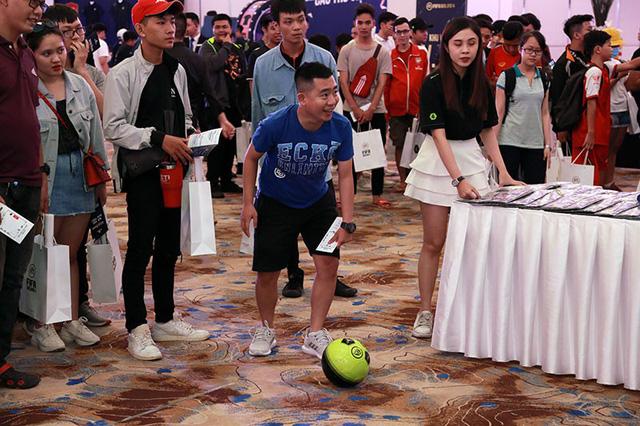 Bất ngờ hành động đội trưởng tuyển Việt Nam tại đại tiệc offline sinh nhật 1 tuổi FIFA Online 4 - Hình 5