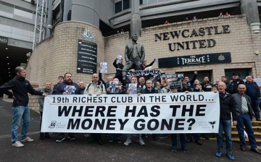 Benitez ra đi, CĐV biểu tình phản đối ông chủ Newcastle - Hình 1