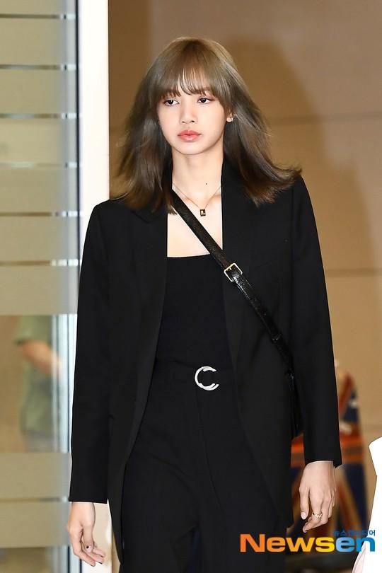 Dàn sao Hàn đổ bộ sân bay sau sự kiện ở Paris: Lisa đẳng cấp khoe eo siêu nhỏ, Lee Min Ho gây choáng với mặt mộc - Hình 4