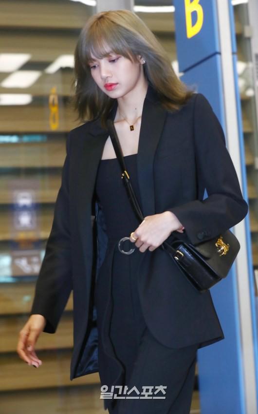 Dàn sao Hàn đổ bộ sân bay sau sự kiện ở Paris: Lisa đẳng cấp khoe eo siêu nhỏ, Lee Min Ho gây choáng với mặt mộc - Hình 3