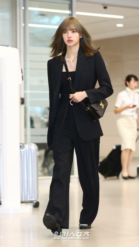 Dàn sao Hàn đổ bộ sân bay sau sự kiện ở Paris: Lisa đẳng cấp khoe eo siêu nhỏ, Lee Min Ho gây choáng với mặt mộc - Hình 1