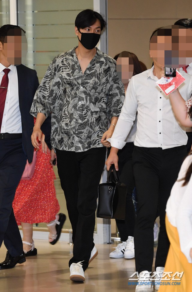 Dàn sao Hàn đổ bộ sân bay sau sự kiện ở Paris: Lisa đẳng cấp khoe eo siêu nhỏ, Lee Min Ho gây choáng với mặt mộc - Hình 7