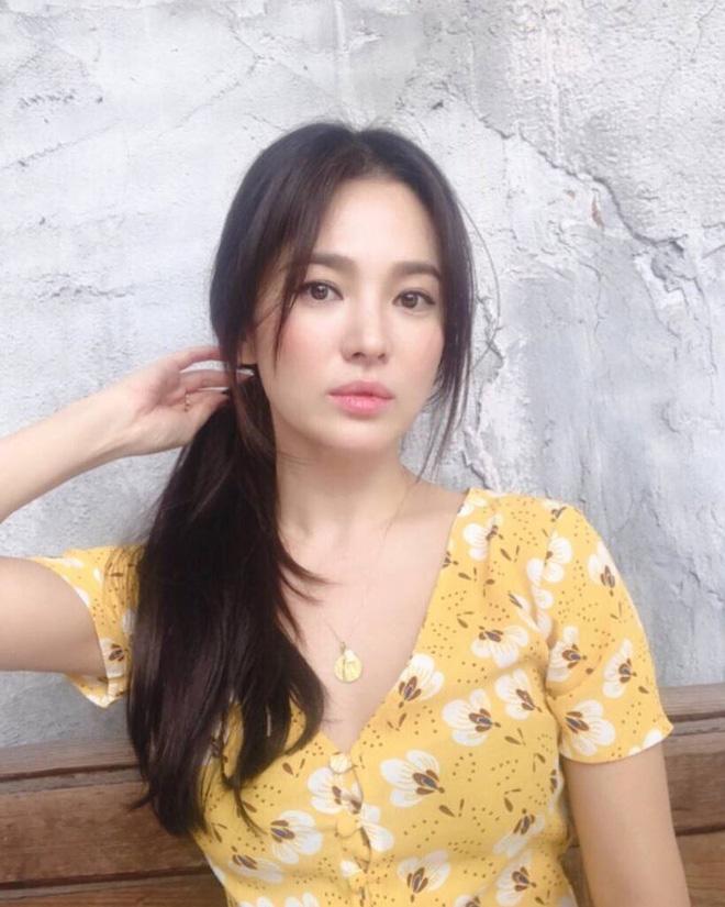 Đẳng cấp nhan sắc của Song Hye Kyo: Tóc buộc vội, buông lơi xõa xượi mà vẫn đẹp nao lòng - Hình 1