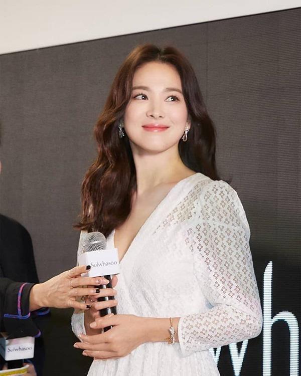 Đột nhiên ngoại hình khác lạ: bánh bèo Song Hye Kyo lấy cảm hứng từ phim mới của chồng - Hình 8