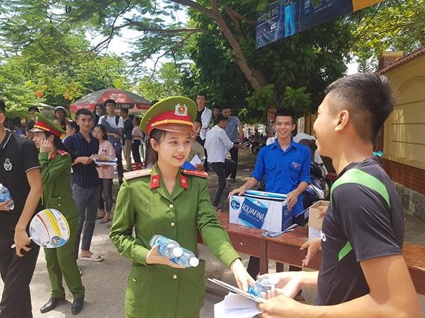 Nữ chiến sĩ công an Nghệ An tiếp sức mùa thi: Nụ cười ấy khiến thí sinh quên hết mệt mỏi - Hình 1