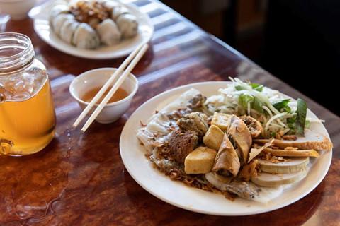 Phóng viên NY Times khen ngợi bánh cuốn truyền thống Việt Nam - Hình 14