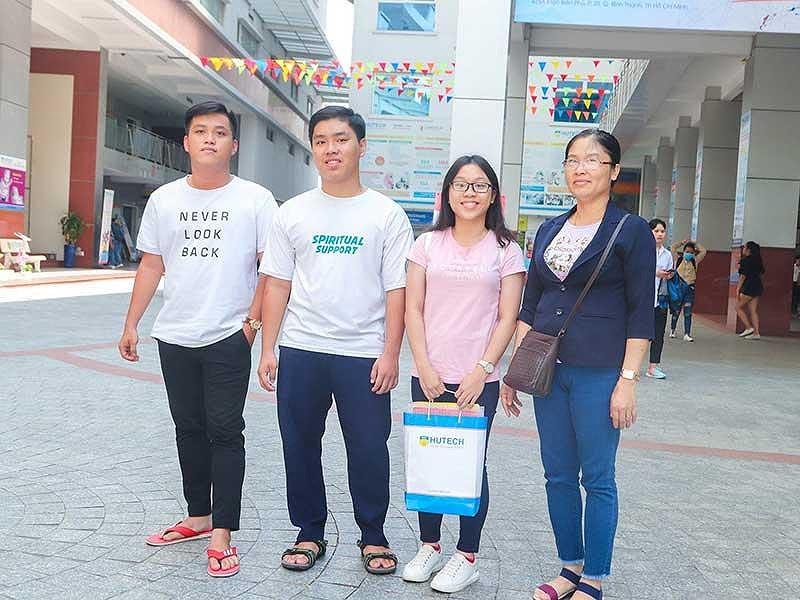 3 anh chị em sinh ba học cùng lớp, cùng đi thi THPT quốc gia - Hình 1