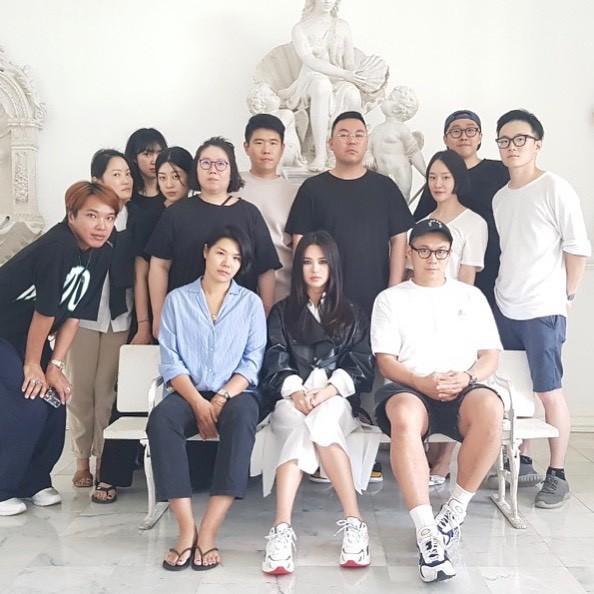 Biểu cảm đối lập bất ngờ của Song Joong Ki và Song Hye Kyo ngay trước khi đệ đơn ly hôn: Có gì đó sai sai? - Hình 4